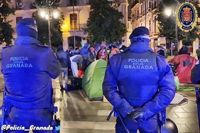 Agentes de la Policía Local supervisan el desalojo de la Plaza del Carmen.
