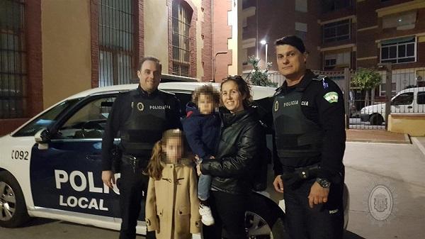 Los agentes con la madre y sus pequeñas.