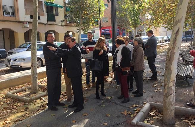 Concejales hablan con vecinos en la plaza.