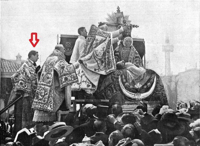 Luis López-Dóriga (bajo la flecha roja) y Pedro Fernández Gutiérrez asisten al arzobispo José Meseguer en la coronación de la Virgen de las Angustias.