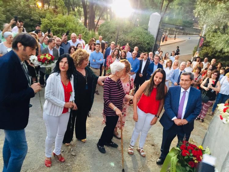 Ofrenda floral ante el monolito a Lorca y a todas las víctimas de la Guerra Civil, en el Parque de Alfacar.