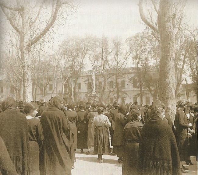 1915. Rezo ante el Cristo de los Favores.