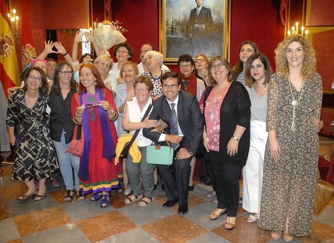 Premiadas posan con alegría por el merecido galardón.