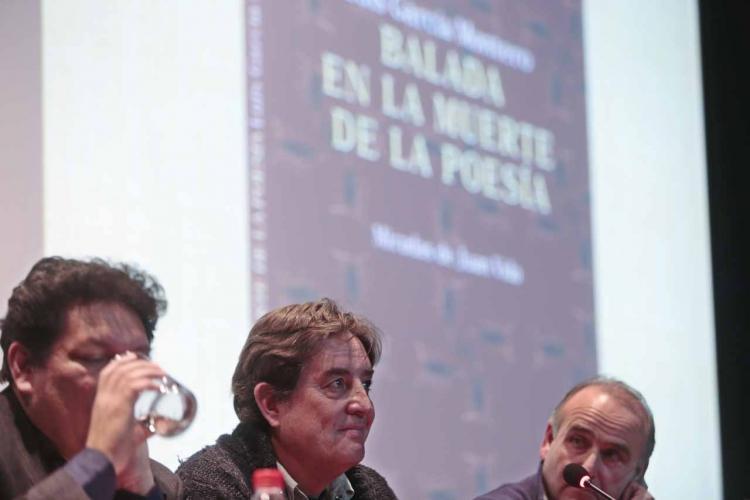 Luis García Montero flanqueado por Juan Vida y Jorge Galán.