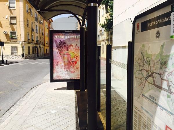 Publicidad de bebida alcohólica que se puede ver estos días en una marquesina de bus.