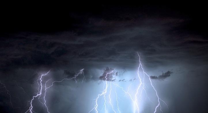 Descarga eléctrica durante una tormenta.