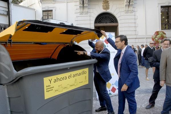 El alcalde con el director general de Ferrovial.