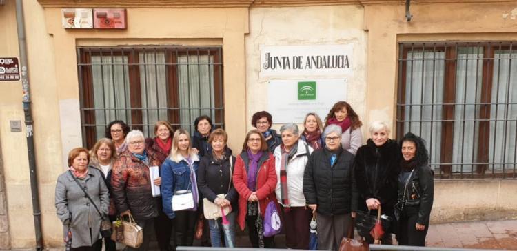 Representantes de asociaciones de mujeres presentan sus recursos en el IAM.