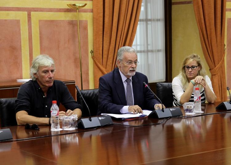 Maeztu (centro imagen) en un grupo de trabajo en el Parlamento.