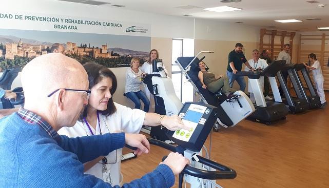Pacientes se ejercitan en la Unidad de Rehabilitación Cardiaca.