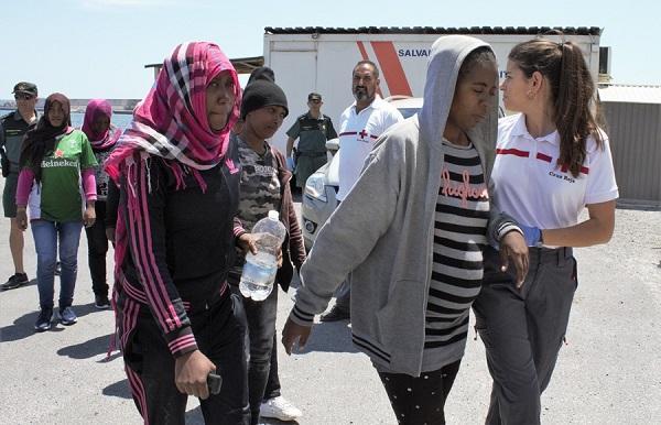 Voluntarias de Cruz Roja atienden a algunas de las mujeres a su llegada al Puerto de Motril.