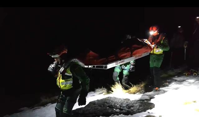 Guardias del Sereim trasladan al montañero herido.