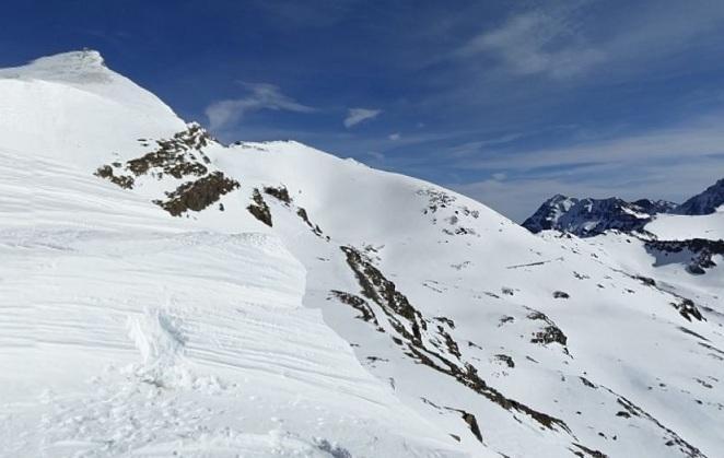 Pico Veleta (arriba izqda.) y vasares del Veleta, abajo a la derecha, zona del rescate.
