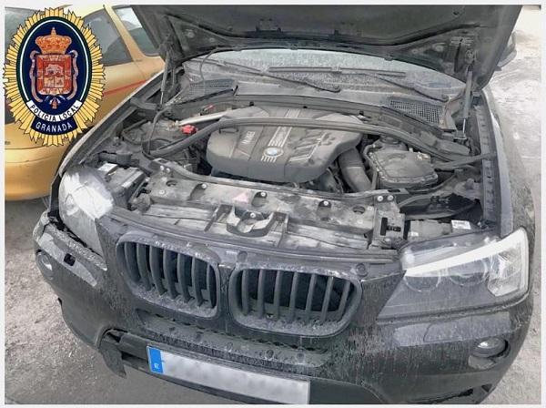 El vehículo tenía la placa de matrícula doblada y borrado el número de chasis.