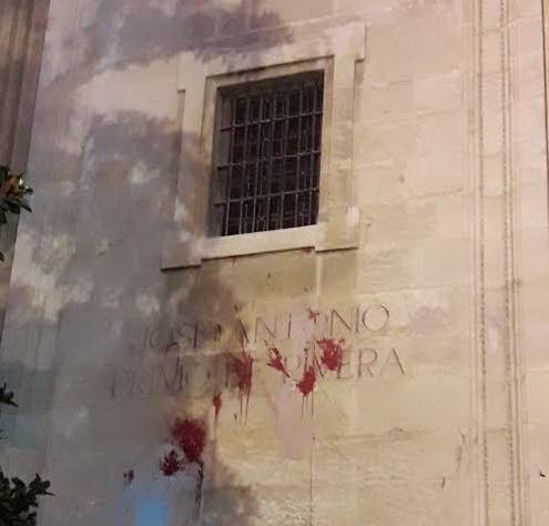 Rótulo en la fachada del Sagrario.