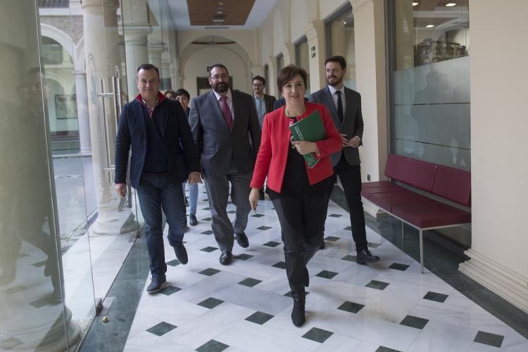 Sandra García, con el equipo de delegados y delegadas, se dirige a la sala de prensa.