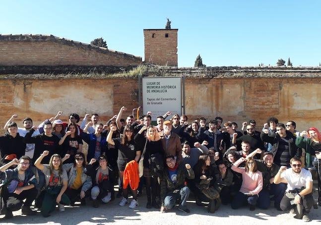 Participantes de la ruta, junto a Paco Vigueras, ante la tapia del cementerio de Granada.