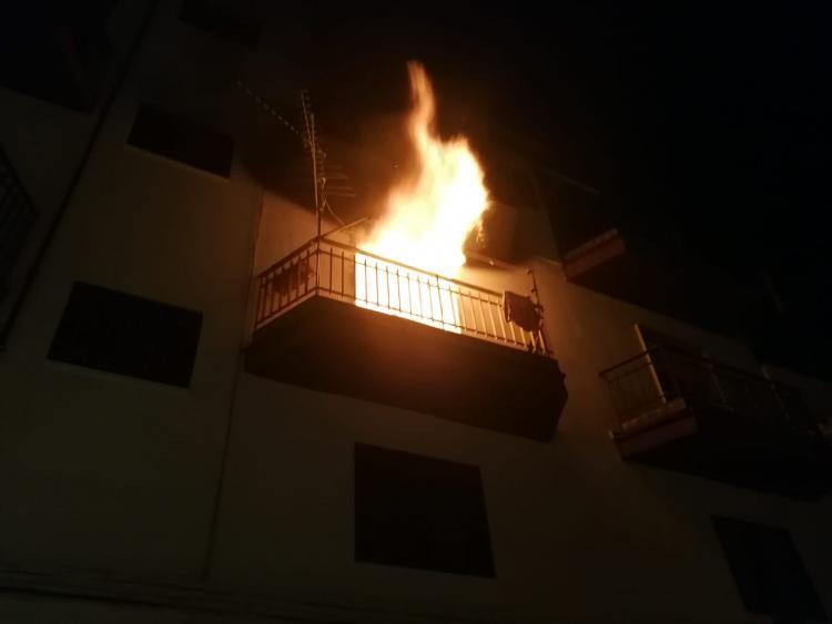 Imagen de uno de los inmuebles en llamas.