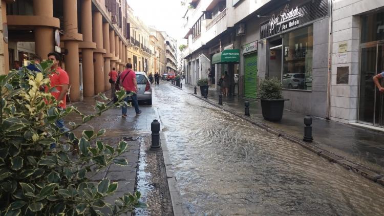 La Policía Local ha cortado la calle mientras se repara la avería.
