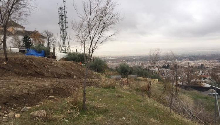 La imagen muestra el relleno de tierra en la parcela de San Miguel Alto.