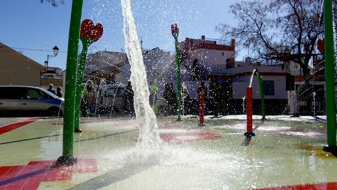 El parque cuenta con surtidores de agua de diversos tamaños y colores.
