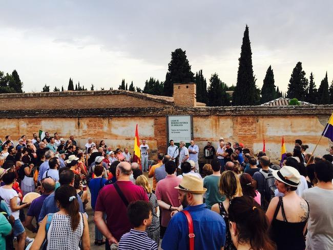 Homenaje a las víctimas asesinadas en la tapia del cementerio de Granada.
