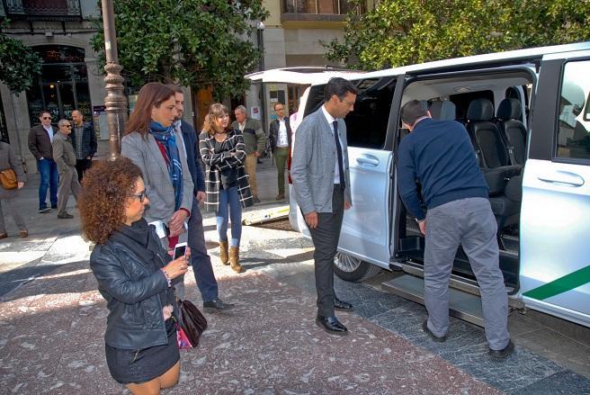 El alcalde examina uno de los taxis adaptados en la Plaza del Carmen.
