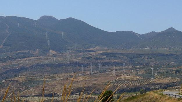 Recreación de cómo quedarían las torres eléctricas en el Valle de Lecrín.