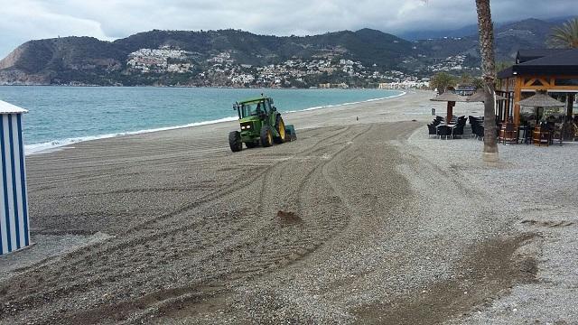 Trabajos de limpieza y acondicionamiento de la playa en La Herradura.