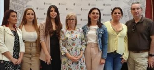 Laura Garre, tercera por la izda., junto a Vanesa Rodríguez e Inés Sánchez.