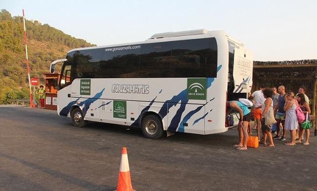 Uno de los autobuses que llevan a bañistas a Cantarriján.
