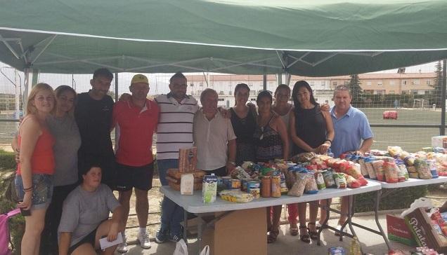 Autoridades y organizadores, con parte de los alimentos recogidos.