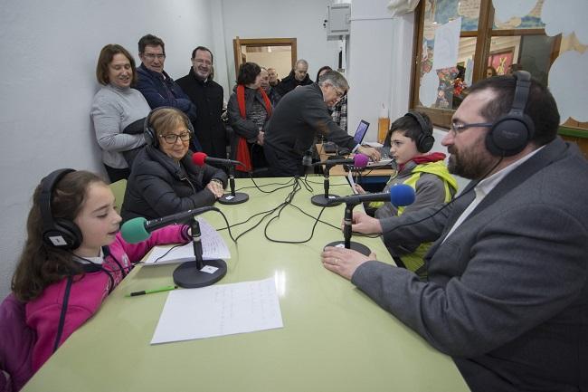 La consejera, en un programa de radio escolar en Granada.