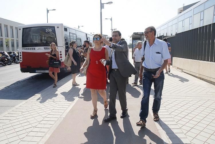 El alcalde y la concejala de Movilidad durante su visita al entorno del hospital del PTS.