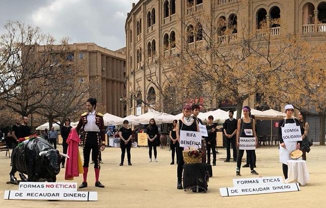 Montaje de los activistas junto a la Plaza de Toros.