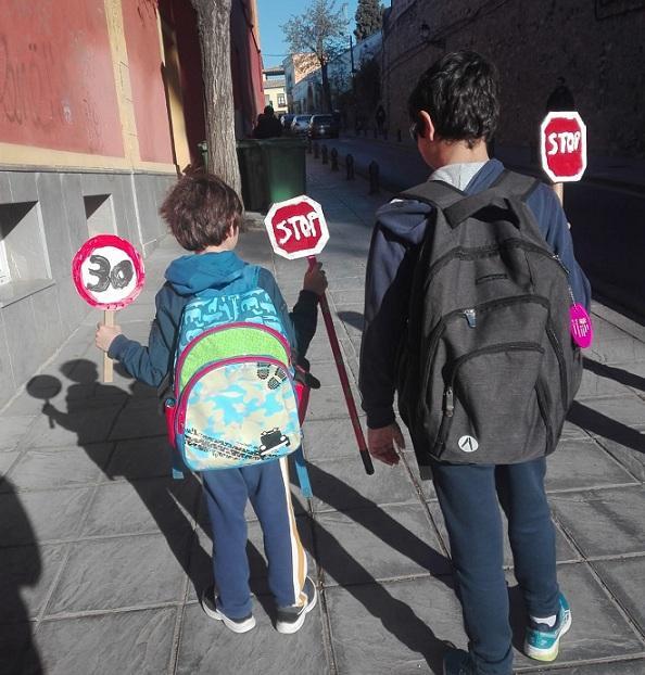 Dos escolares, por la Cuesta de Escoriaza.