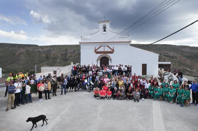 Calleja y su equipo con residentes de la zona.