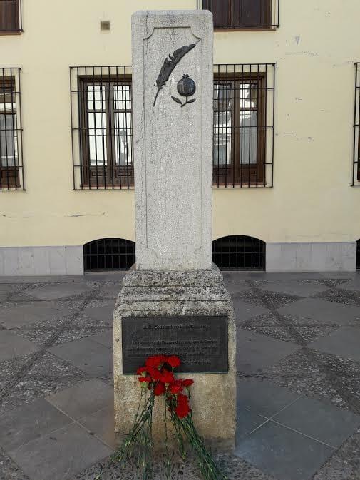 Monumento a Ruiz Carnero, director del diario republicano El Defensor de Granada que fue asesinado por los golpistas.