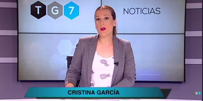 La directora de TG7, presentando un informativo de la emisora.