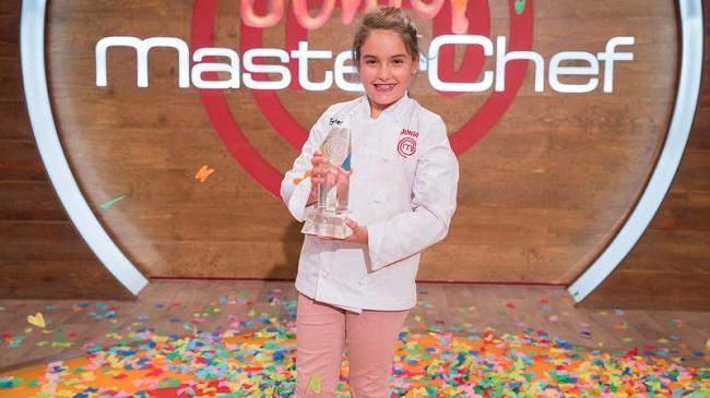 Esther Requena, con el galardón de 'Masterchef Junior'.