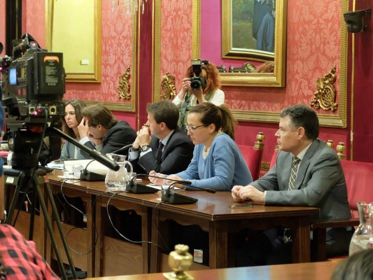 La excoordinadora y el concejal durante la comisión de este martes.