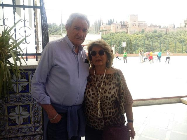 Luis del Olmo, con su esposa, en el colegio Ave María.
