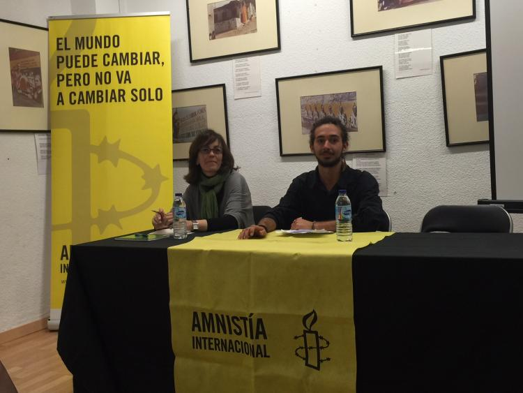 La periodista María Andrade, junto a Rubén Alácazar, de A.I.