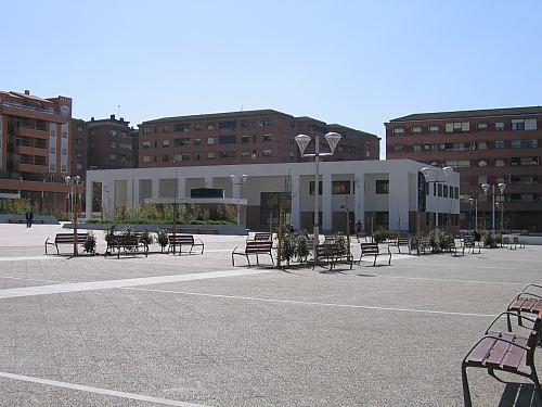 Plaza sin sombras en el solar del antiguo Los Cármenes.