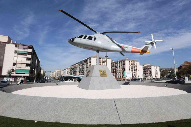 Helicóptero de la rotonda del Camino de Ronda donde vive el okupa.