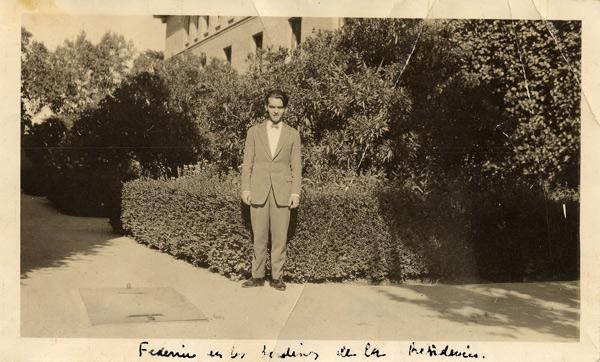 Federico García Lorca en la puerta de la Residencia de Estudiantes, 1919.