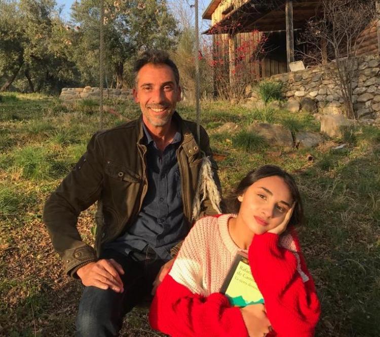 Julieta, con su padre, autor de 'La tierra desnuda'.