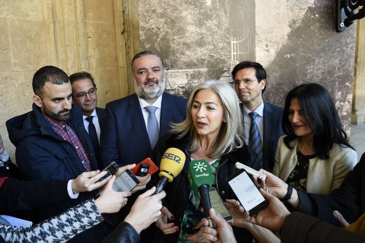 La consejera atiende a los medios acompañada por el alcalde, la subdelegada del Gobierno, el delegado de la Junta en Granada y el de Cultura.
