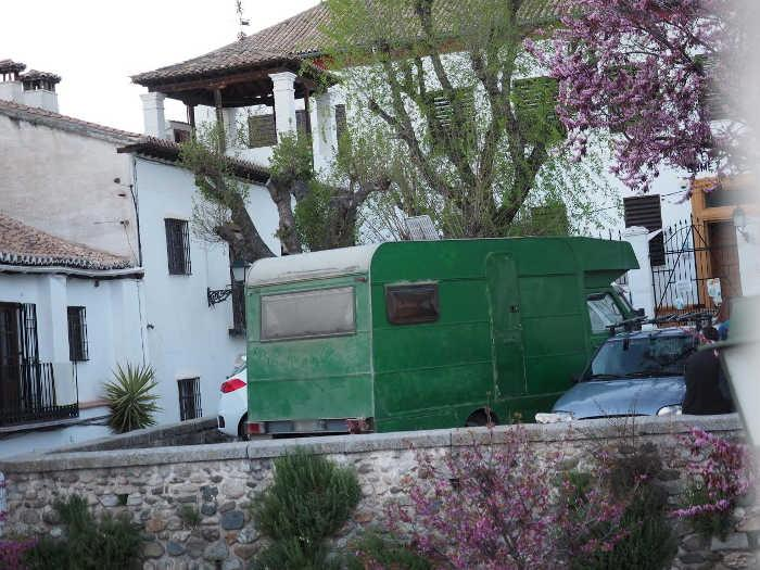 Caravana aparcada en la Placeta de San Nicolás.
