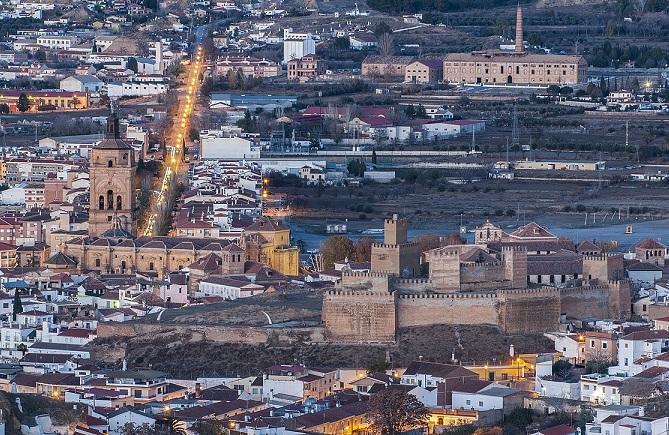 En primer término, la Alcazaba de Guadix, con la Catedral a la izquierda.